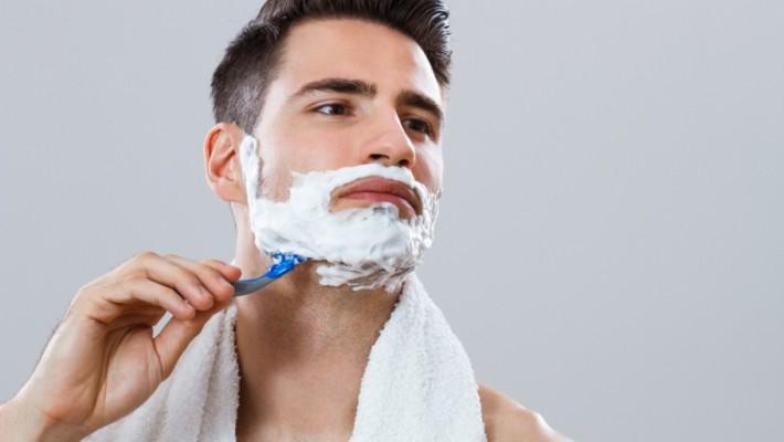 Tıraş erkekler  için sorunlar yaratabilir. İyi bir tıraş için dermatologların tavsiyeleri